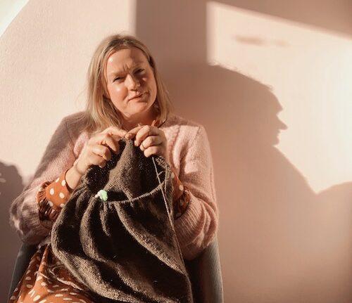 Mette Lundstad strikker i en solstråle