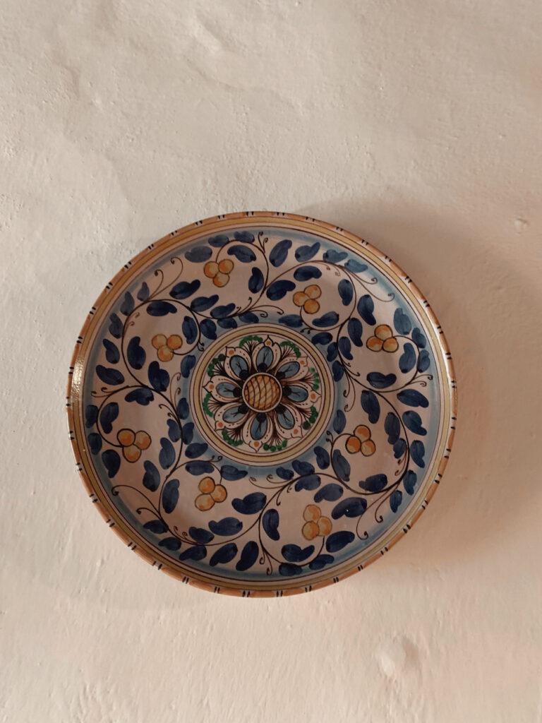 Et keramik fad der hænger på en væg