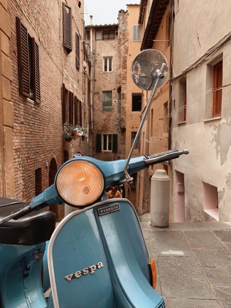 En Vespa i en gade i Toscana