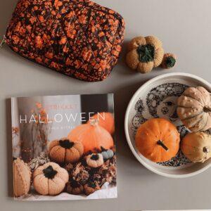 strikket halloween på et bord med græskar