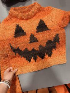 Et billede af den færdige halloween sweater