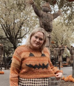 Mette Lundstad iført sin halloweensweater